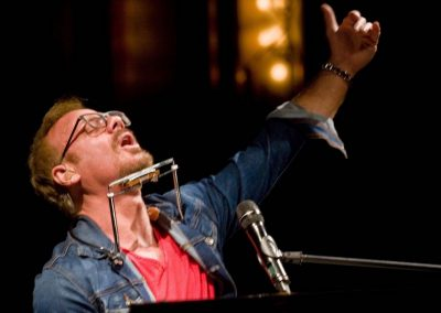 With his piano and harmonica, country star Phil Vassar stirred a soulful live show a Paramount Bristol.